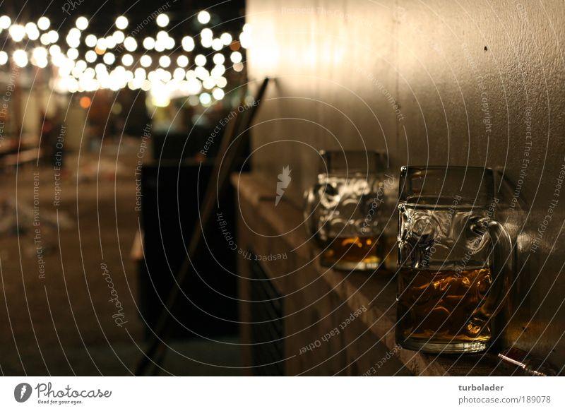 Feierabend Bier Wiesn Oktoberfest Halbleer Bierzelt Freude Feste & Feiern Jahrmarkt drehen Fröhlichkeit Verbitterung Einsamkeit Ende Endzeitstimmung Farbfoto