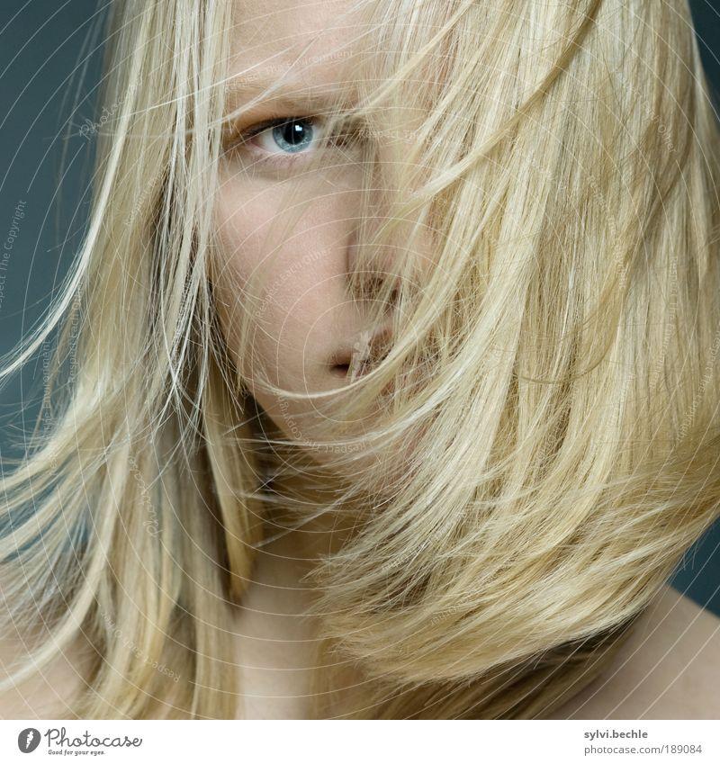 hair Jugendliche schön Auge feminin Bewegung Haare & Frisuren blond fliegen Nase wild weich fest Sturm Behaarung Junge Frau Frau