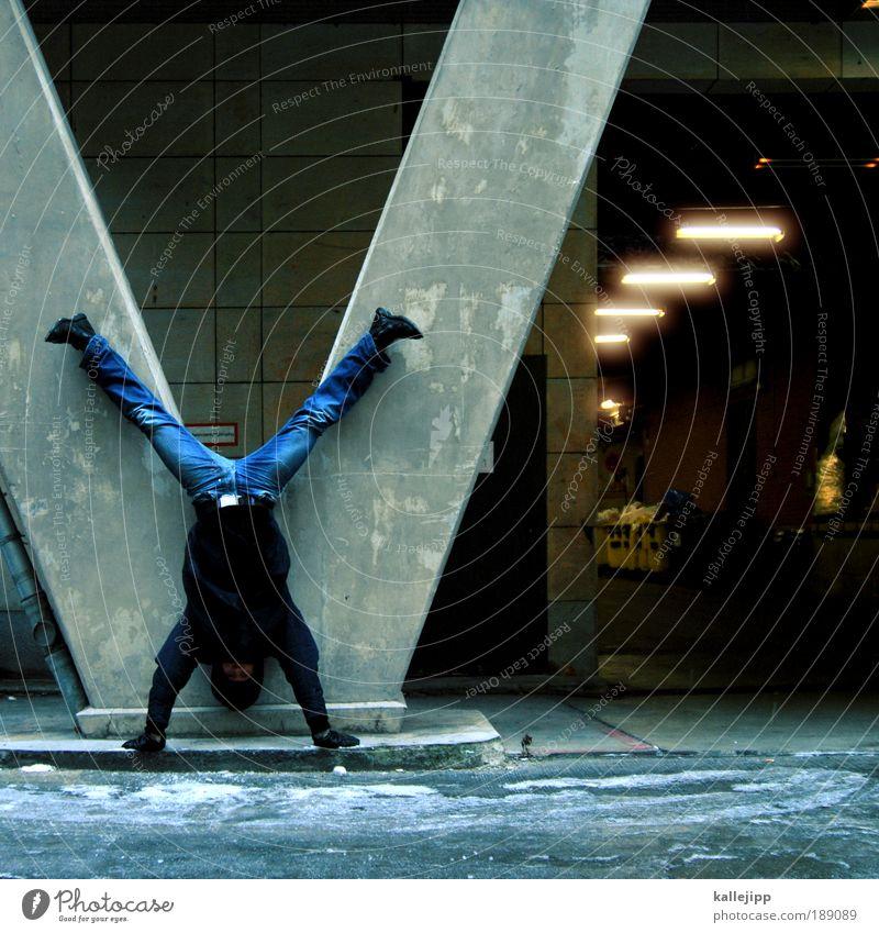 firewall Sportler Mann Erwachsene Tunnel Mauer Wand Jeanshose Jacke komplex Handstand Säule Eingang Wächter bewachen v X-Men Turnen Farbfoto Gedeckte Farben