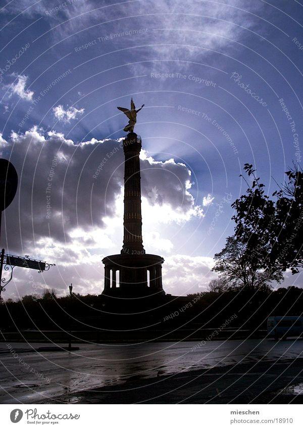 Leuchtender Engel Sonnenstrahlen Wolken Europa friedenssäule Berlin Lampe Himmel leuchten