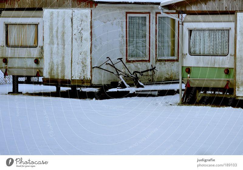 Wintercamping Ferien & Urlaub & Reisen Camping Schnee Winterurlaub alt kalt Erholung Idylle Wandel & Veränderung Wohnwagen Ferienhaus Gardine Fenster Farbfoto