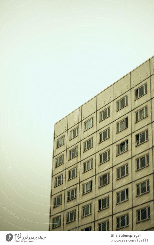 jakob alt Stadt Haus dunkel kalt Fenster grau Gebäude Wohnung Hochhaus Fassade trist authentisch Häusliches Leben Plattenbau eckig