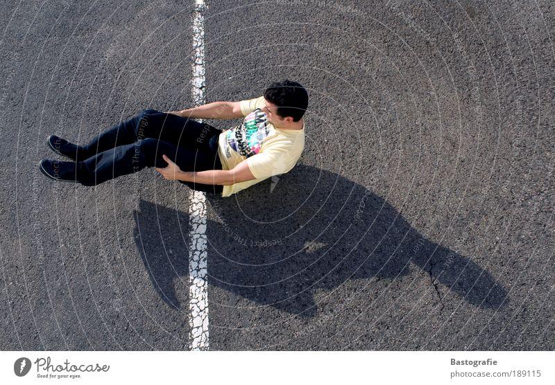 Schieflage Mensch Mann Jugendliche Freude Straße Sport Erholung Vogelperspektive Linie Zufriedenheit lustig Erwachsene maskulin Beton Lifestyle Perspektive