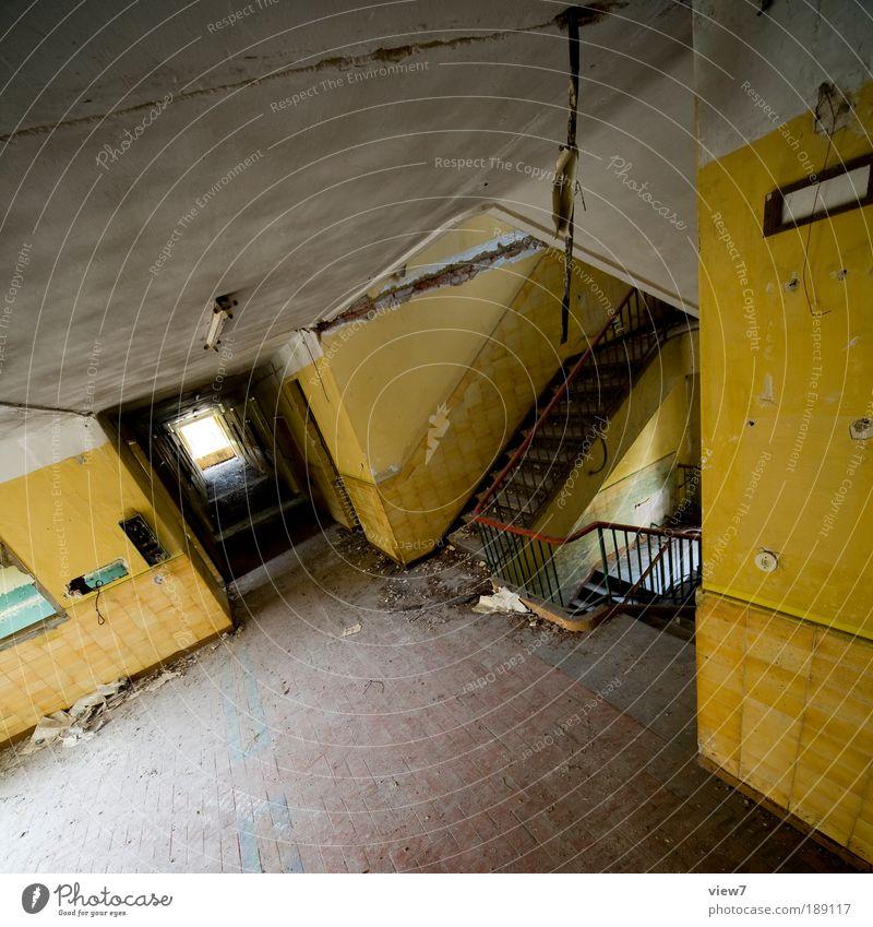 tiefflug alt Haus gelb dunkel Wand oben Holz Stein Mauer Linie Raum Metall dreckig Wohnung Design Beton