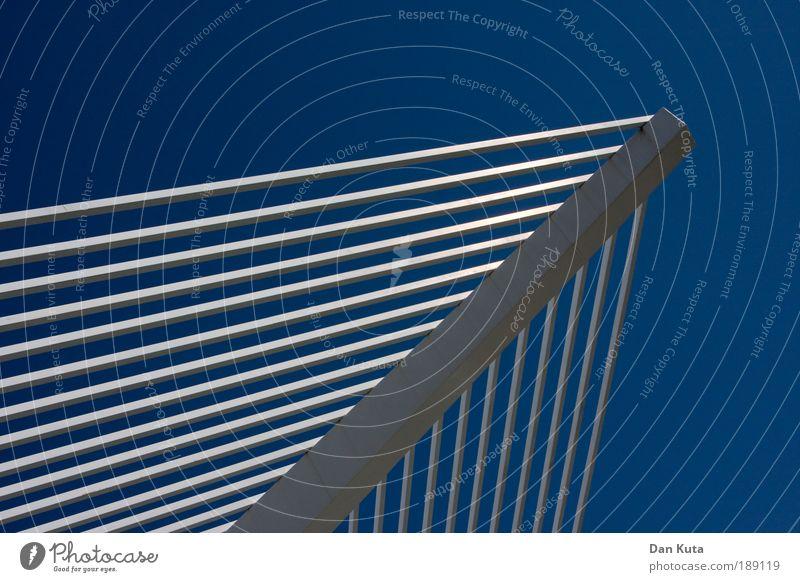 Schattenspenderdings vor Blau. weiß Sonne blau Garten Linie Metall Ordnung Schutz Streifen Spanien Terrasse Geometrie Grill Wetterschutz himmelblau aufräumen