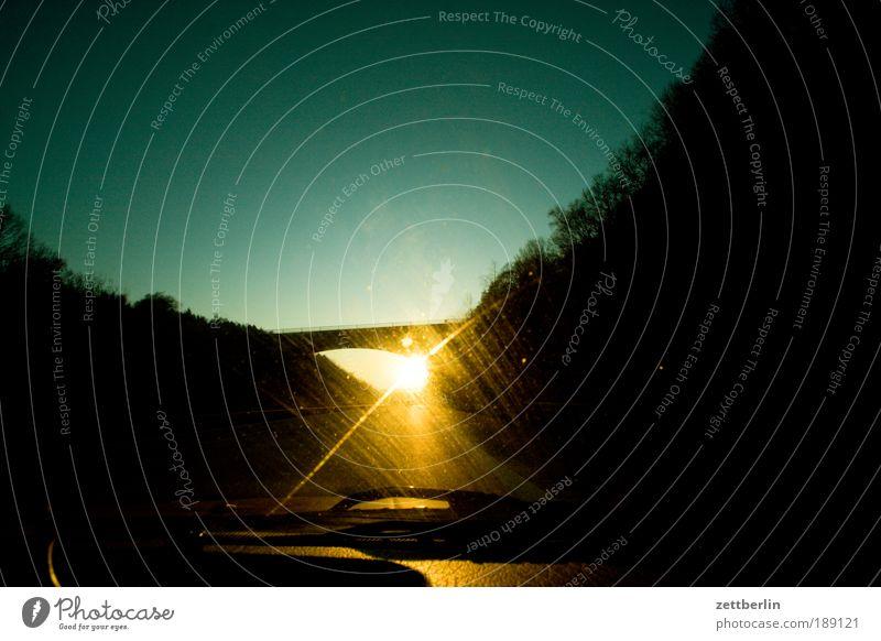 Gegenlicht Himmel Sonne Straße Beleuchtung Glas Brücke Perspektive Autofenster Ziel leuchten Autobahn Strahlung Schönes Wetter Fensterscheibe Scheibe Textfreiraum