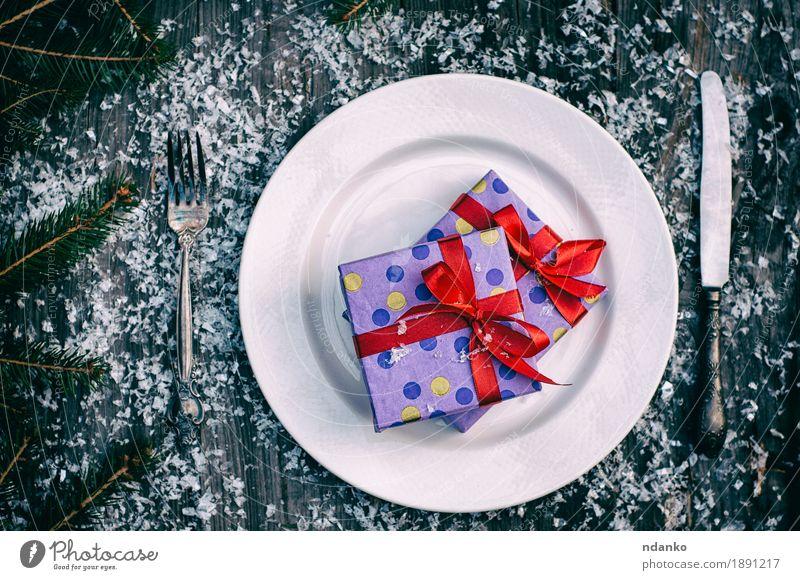 Weihnachtsgeschenke auf der weißen Platte Abendessen Teller Messer Gabel Winter Schnee Dekoration & Verzierung Tisch Feste & Feiern Weihnachten & Advent