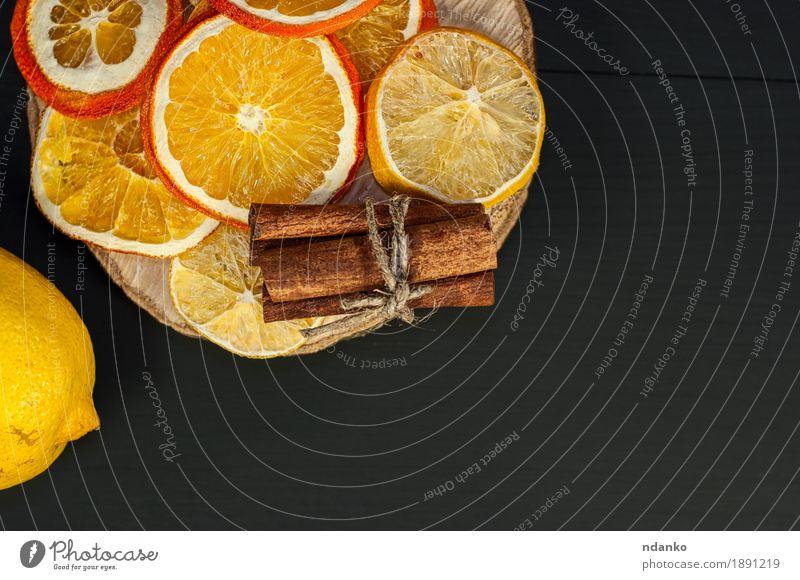 Zitrusfrucht und Zimt auf dem schwarzen hölzernen Hintergrund Lebensmittel Frucht Orange Dessert Essen Diät Dekoration & Verzierung Tisch Holz frisch lecker