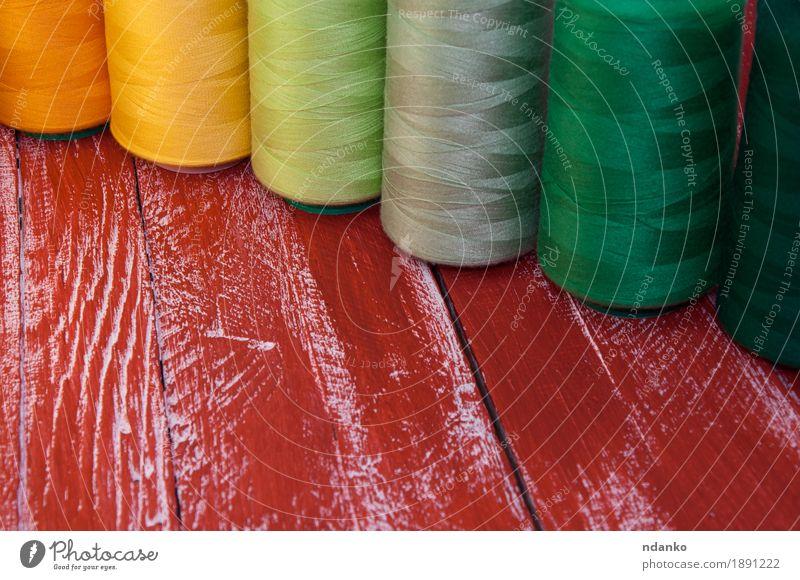 Einige farbige Garnrollen zum Nähen Basteln Handarbeit Stickereien Nähgarn Tisch Industrie Platz mehrfarbig gelb grau grün orange rot Farbe Garnspulen Rolle