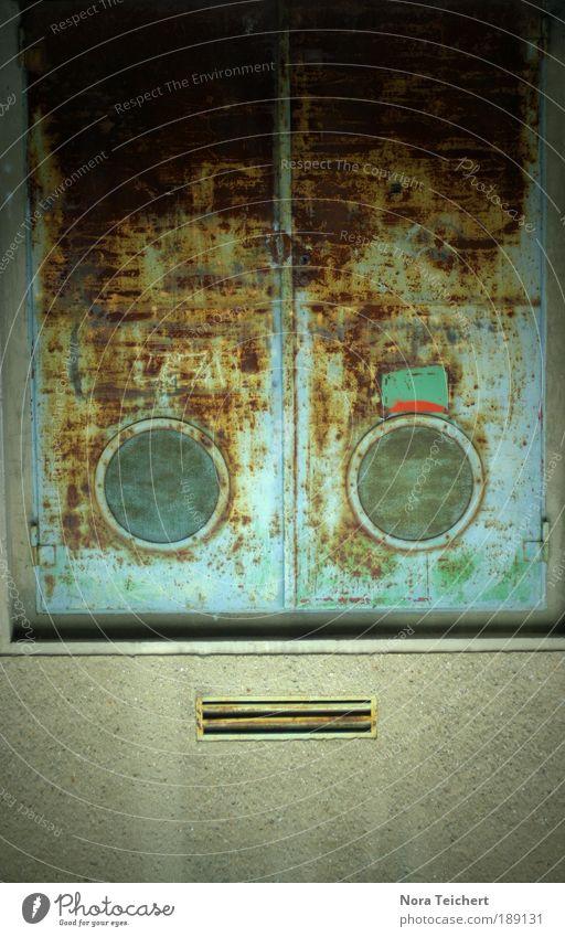 Was guckst du? Gesicht Haus Auge Fenster Wand Architektur Gebäude Mauer träumen Stimmung lustig braun Tür verrückt Perspektive Zukunft