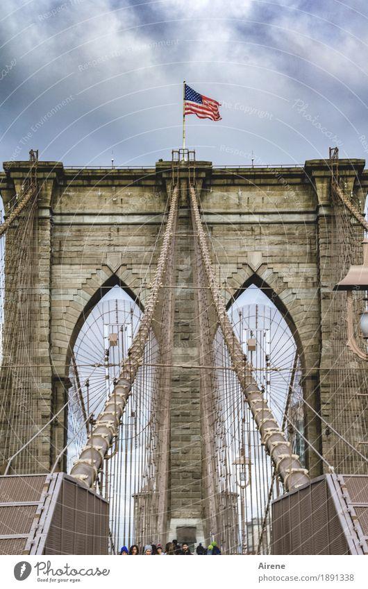 Um- | -orientierung Mensch Menschengruppe New York City Amerika Brücke Brückenpfeiler Hängebrücke Strebe Brooklyn Bridge Drahtseil Stein Metall Fahne