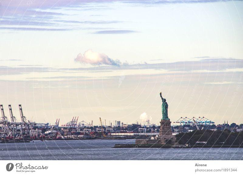 Ich bin so frei Wasser Himmel Wolken New York City Sehenswürdigkeit Wahrzeichen Freiheitsstatue Hafen Bekanntheit blau orange türkis Ausdauer standhaft Farbfoto