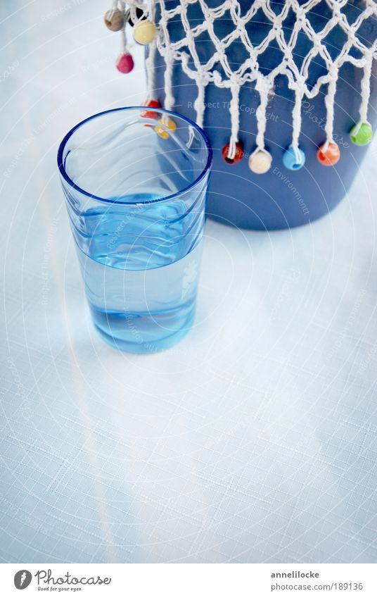 Päuschen.. ? Lebensmittel Ernährung Mittagessen Abendessen Fasten Getränk trinken Erfrischungsgetränk Trinkwasser Geschirr Glas Krug blau Erholung Pause Tisch