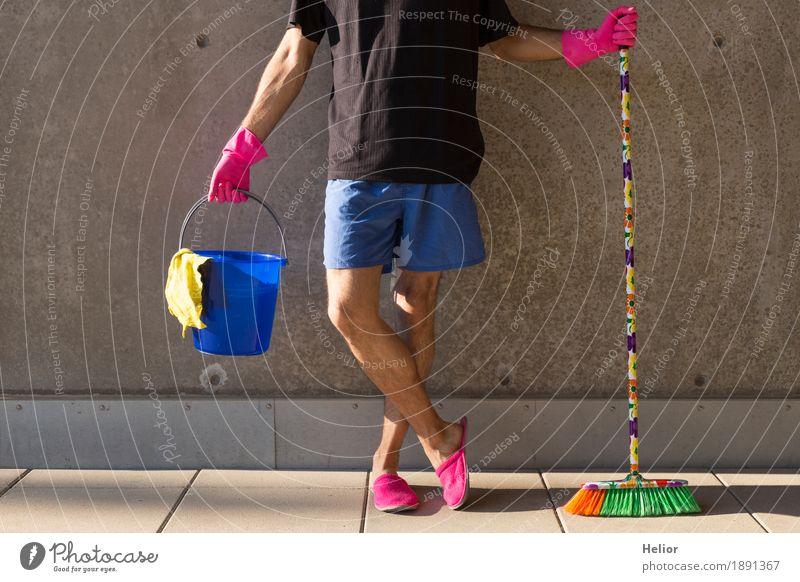 Ein Hausmann in rosaroten Hausschuhen und Putzutensilien Mensch Mann blau Sommer grün Erwachsene gelb Wand Mauer außergewöhnlich Mode grau maskulin Körper Beton