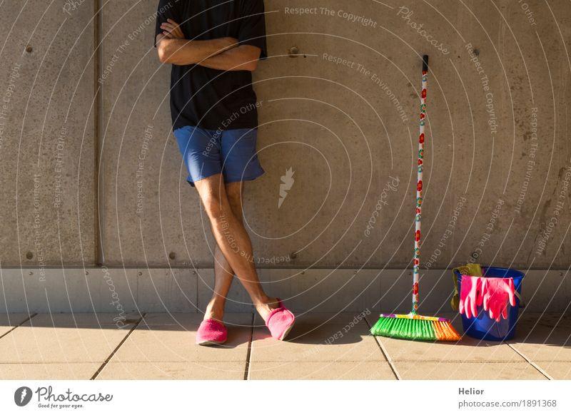 Ein Hausmann in rosaroten Hausschuhen und Putzutensilien Mensch Mann blau Sommer grün Erwachsene gelb Wand Mauer grau orange maskulin Körper Beton Coolness