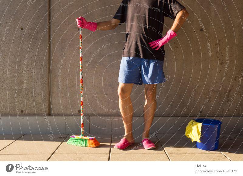 Ein Hausmann in rosaroten Hausschuhen und Putzutensilien Mensch Mann blau Sommer grün Erwachsene gelb Wand Mauer außergewöhnlich grau orange maskulin Körper