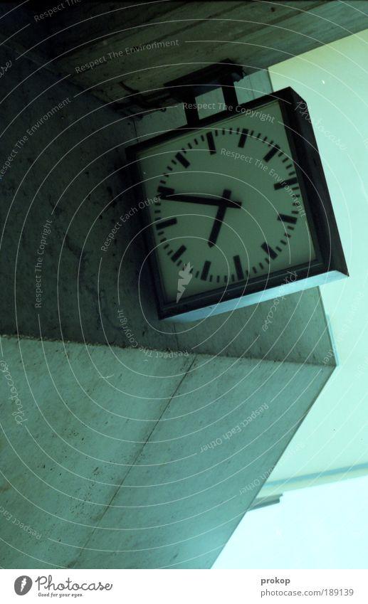 Zeit auf der Flucht kalt oben Stein Zufriedenheit hoch Beton Ordnung modern Uhr Perspektive Zukunft Wandel & Veränderung einfach Ende Dienstleistungsgewerbe Stress