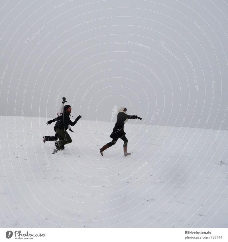"""""""Die jagen uns."""" """"Ach, was du nicht sagst."""" Mensch Jugendliche weiß Winter Freude Erwachsene feminin Schnee Bewegung grau Glück Freundschaft Zusammensein Kraft Angst Freizeit & Hobby"""