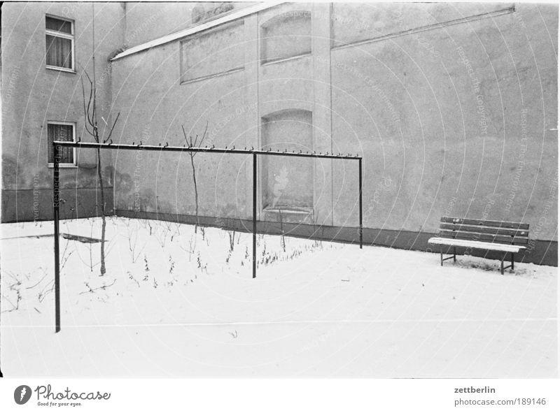 Winter 1988 Schnee Hof Hinterhof Bank Parkbank wäscheständer Wäschetrockner trockenplatz Stab schneedienst Winterdienst kalt Sibirien DDR Mitte Berlin-Mitte