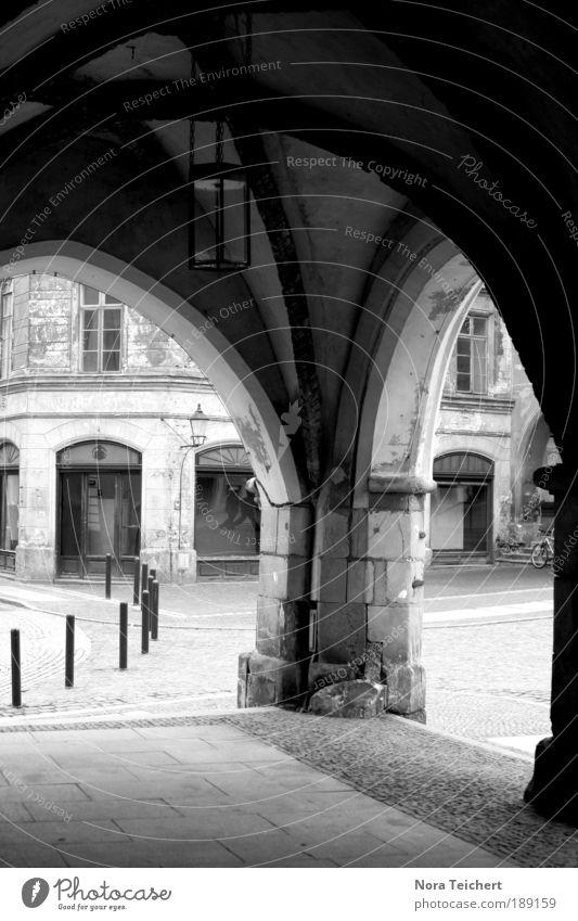 Flüsterbogen. schön alt weiß Stadt Haus schwarz Wand träumen Stein Mauer Gebäude Architektur Beton Zeit ästhetisch