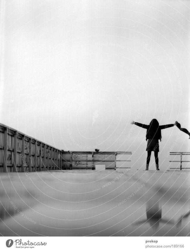 Titanik Lifestyle Mensch feminin Junge Frau Jugendliche Erwachsene Hochhaus Schal entdecken träumen authentisch bedrohlich dunkel Glück Unendlichkeit