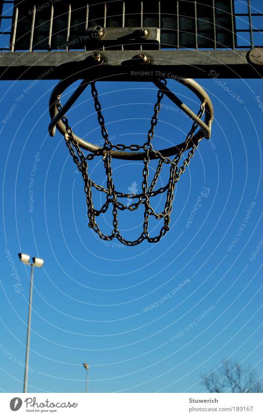 Fangvorrichtung für fliegende Bälle Sport Ballsport Sportstätten Metall blau grau Netz Korb Himmel Farbfoto Außenaufnahme Tag Zentralperspektive