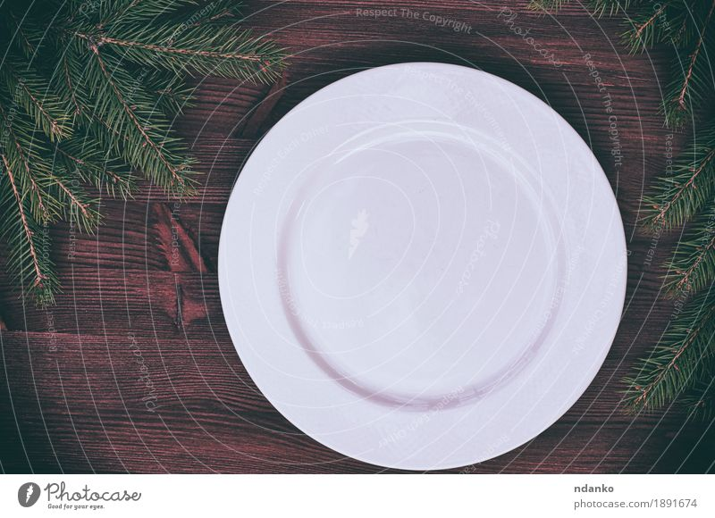 Weiße leere Platte mit einer grünen Niederlassung der Fichte Abendessen Geschirr Teller Tisch Küche Weihnachten & Advent Silvester u. Neujahr Baum Holz oben