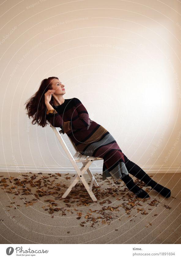 . Stuhl Raum feminin 1 Mensch Blatt Kleid brünett langhaarig beobachten Denken Blick sitzen schön Zufriedenheit selbstbewußt Coolness Willensstärke Leidenschaft