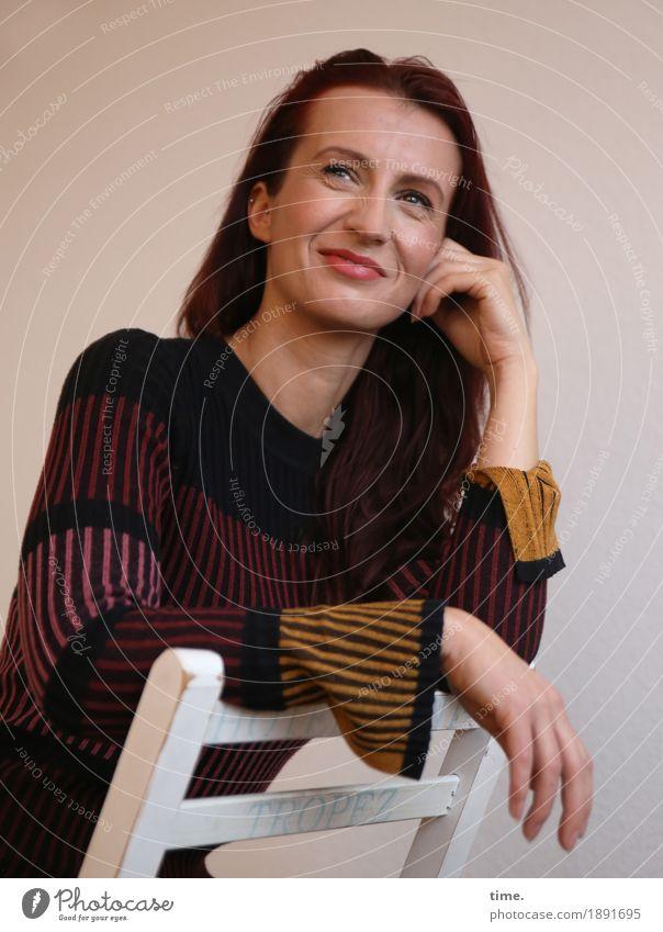 Anja Stuhl feminin 1 Mensch Kleid brünett langhaarig beobachten Erholung festhalten Lächeln Blick Freundlichkeit Fröhlichkeit schön Freude Glück Zufriedenheit
