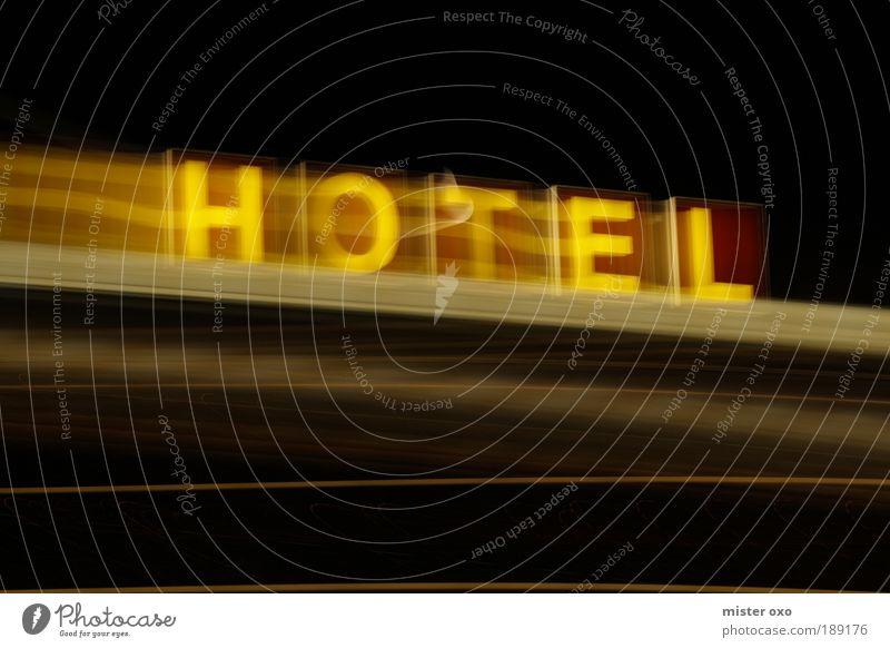 Hotel in motion elegant Ferien & Urlaub & Reisen Ausflug Städtereise Haus Fassade Dach trashig braun gelb schwarz Leuchtreklame Farbfoto Außenaufnahme Nacht