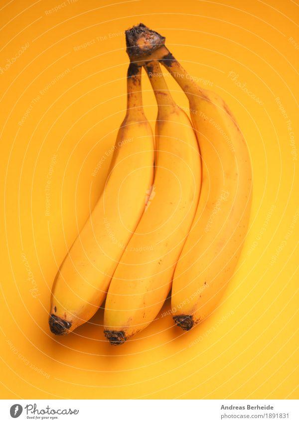 Drei Bananen Gesunde Ernährung Leben gelb Lebensmittel Frucht süß Wellness lecker Frühstück Bioprodukte Vegetarische Ernährung Vitamin Snack Bananenblatt