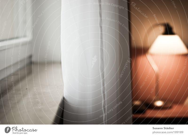 Tageslicht alt weiß Lampe Wand Fenster Mauer Zufriedenheit Gebäude Häusliches Leben zart Möbel leuchten Vorhang gemütlich Geborgenheit Gardine