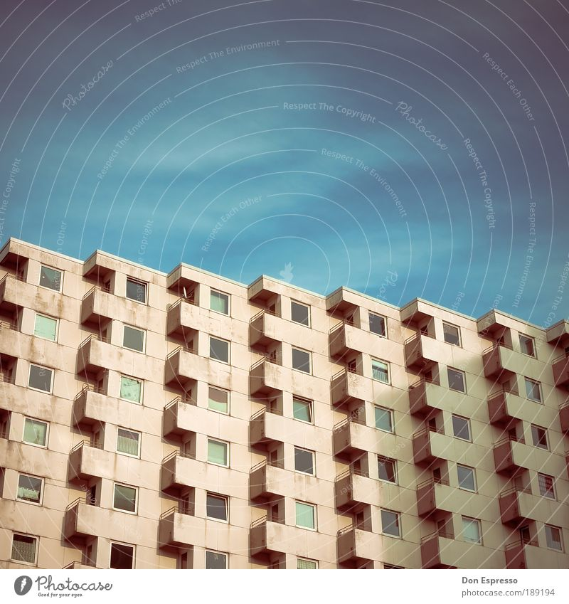 Käfighaltung Stadt Haus kalt Fenster Traurigkeit Gebäude Architektur Wohnung Armut Hochhaus Fassade trist Häusliches Leben Langeweile hässlich