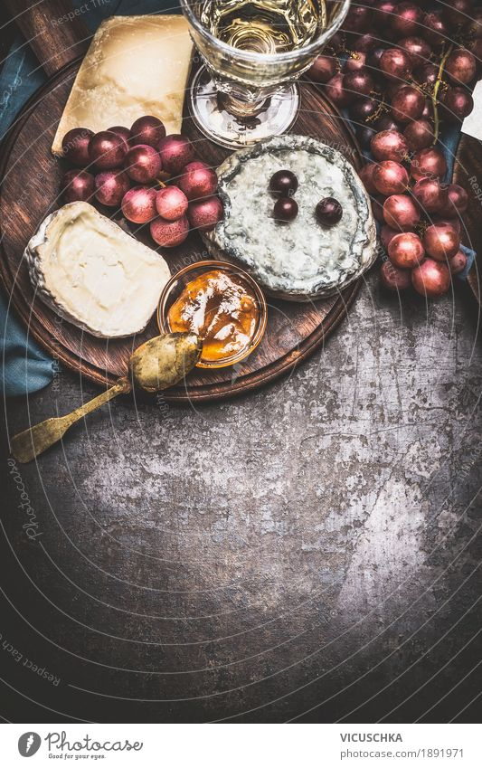 Käse mit Wein, Traube und Honig-Senf-Sauce Lebensmittel Frucht Kräuter & Gewürze Ernährung Festessen Getränk Geschirr Stil Design Tisch Restaurant Brie