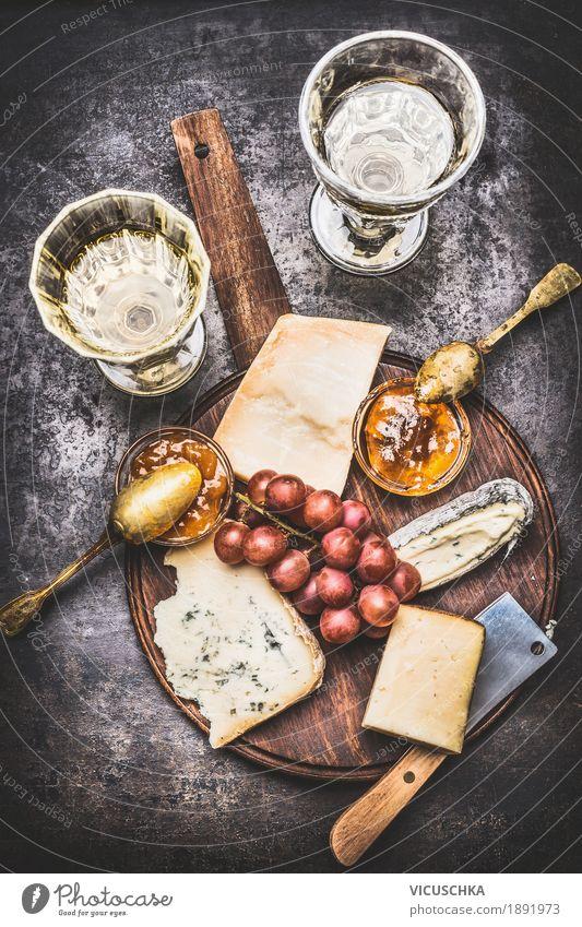 Käseplatte mit Weißwein Lebensmittel Frucht Ernährung Getränk Wein Stil Design Tisch Restaurant Saucen Feinschmecker Brie honey Snack fein Foodfotografie