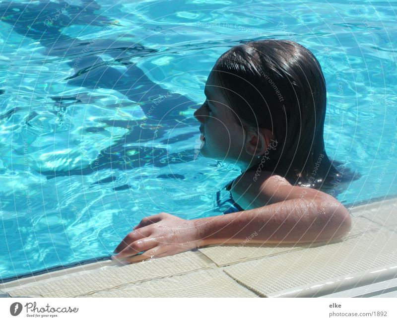 der bademeister gab mir noch zwei minuten Schwimmbad Körperhaltung Kind Seite Sommer Erfolg Verlierer herausorderung blau Wasser Schwimmen & Baden
