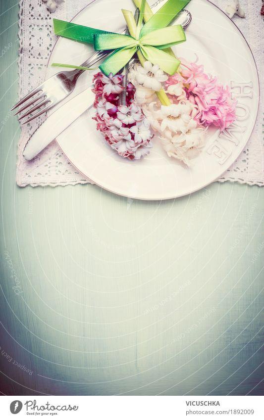 Frühling Tischdekoration mit Teller, Besteck und Hyazinthen Blume Essen Liebe Frühling Stil Feste & Feiern Party Design Wohnung Häusliches Leben Dekoration & Verzierung Geburtstag Tisch Veranstaltung Restaurant Geschirr