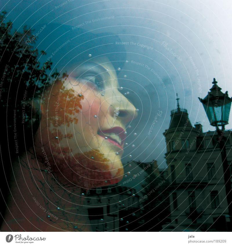 no woman no cry Mensch feminin Frau Erwachsene Gesicht 1 Stadt Fenster Lächeln blau altehrwürdig retro geschminkt Hut Schleier Glas Baum Regen Wolken Gebäude