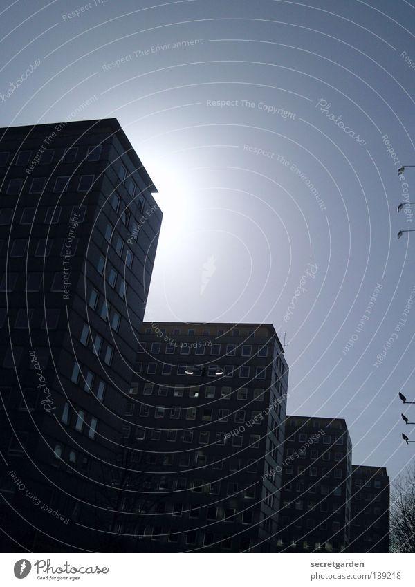 eine leuchtende erscheinung. blau Sommer schwarz kalt Architektur Gebäude Lampe Fassade Beton Ordnung Hochhaus Hamburg Perspektive Häusliches Leben trist