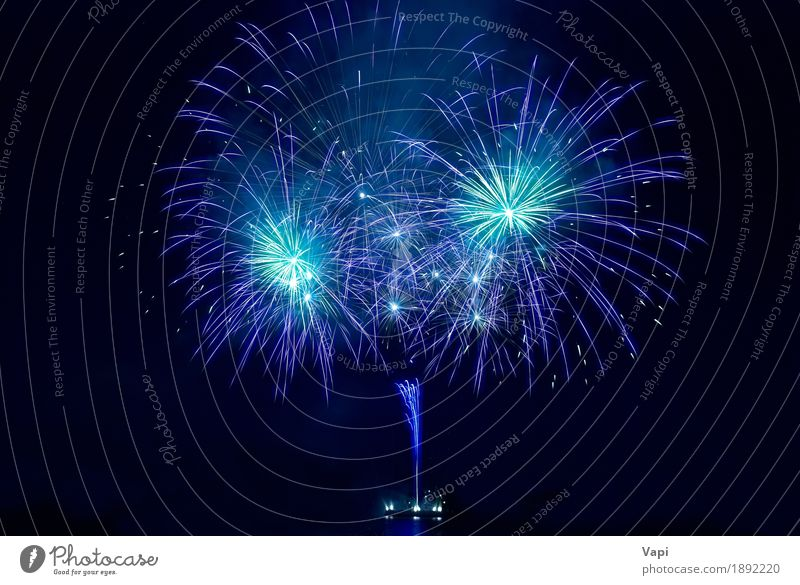Buntes Feuerwerk am schwarzen Himmel blau Weihnachten & Advent Farbe weiß Freude dunkel Freiheit Feste & Feiern Party Design hell violett neu Show