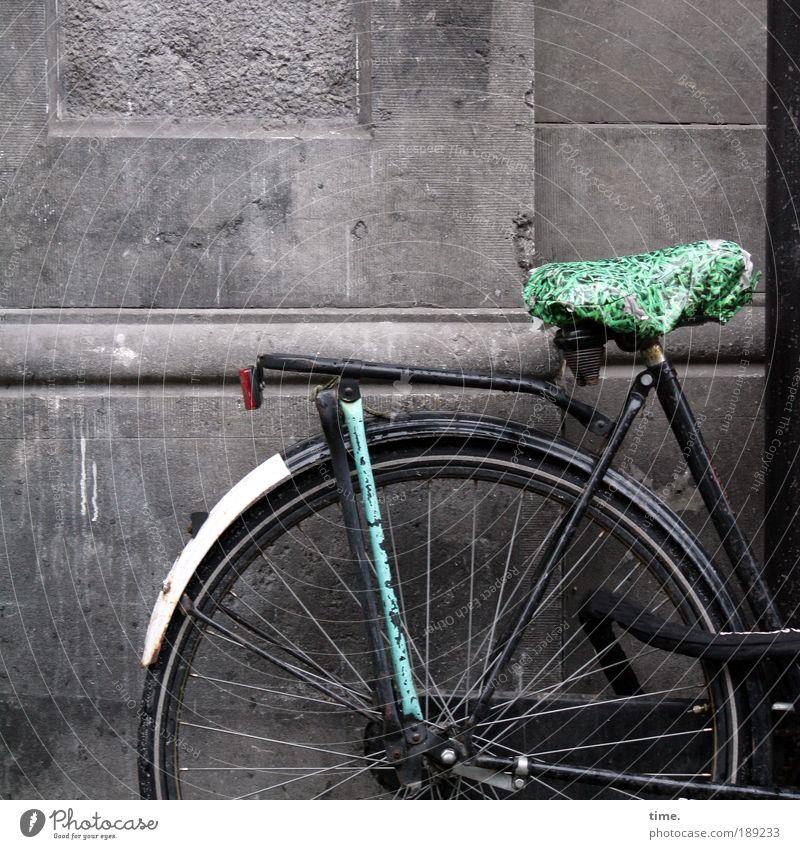 Drahtesel Fahrrad Rad Fahrradsattel Sattel Metall Metallwaren Gestänge Fahrradrahmen Schutzblech Mauer Sandstein Außenaufnahme Plastiktüte Regenschutz Speichen