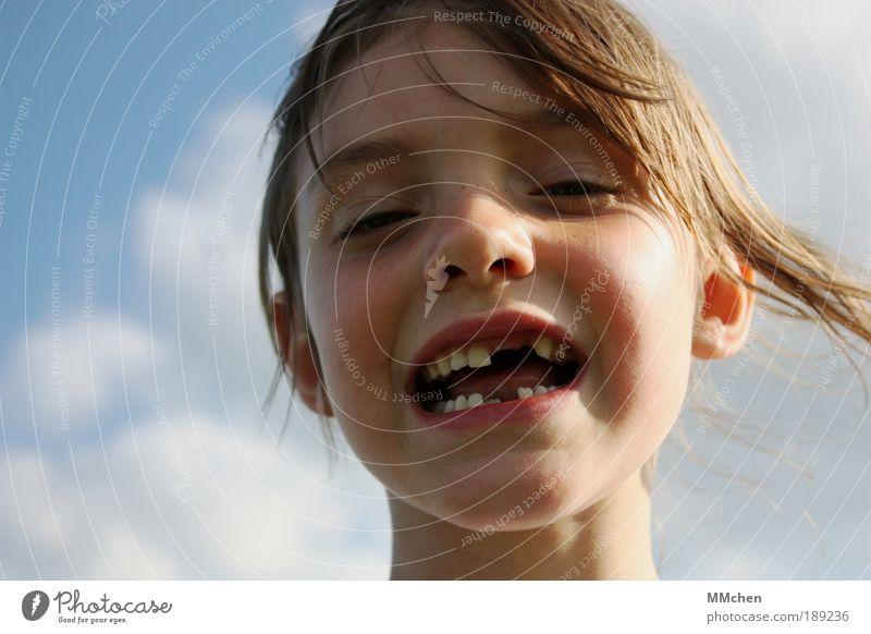 lückenhaft Sommer Kind Schulkind Mädchen Gesicht Zähne 3-8 Jahre Kindheit lachen Zahnlücke Milchzähne grinsen Wackelzahn wackelig Farbfoto Außenaufnahme
