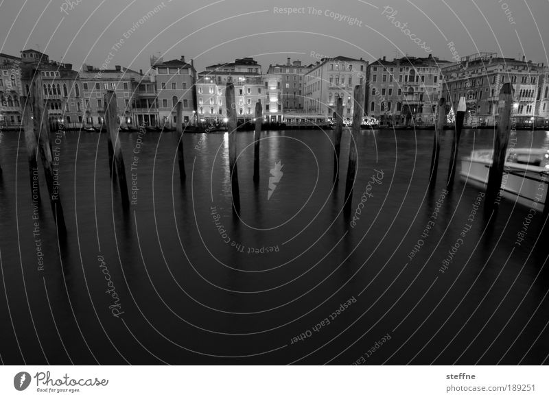 to plunge into Wasser Stadt Ferien & Urlaub & Reisen ruhig dunkel Gefühle Küste Stimmung ästhetisch Romantik Hafen Italien Skyline Anlegestelle Stadtzentrum Venedig