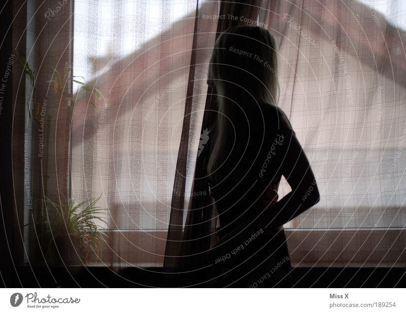 wann kommste heim? Junge Frau Jugendliche 1 Mensch 18-30 Jahre Erwachsene schlechtes Wetter Kleid blond dunkel schön Gefühle Stimmung Vorfreude Hoffnung