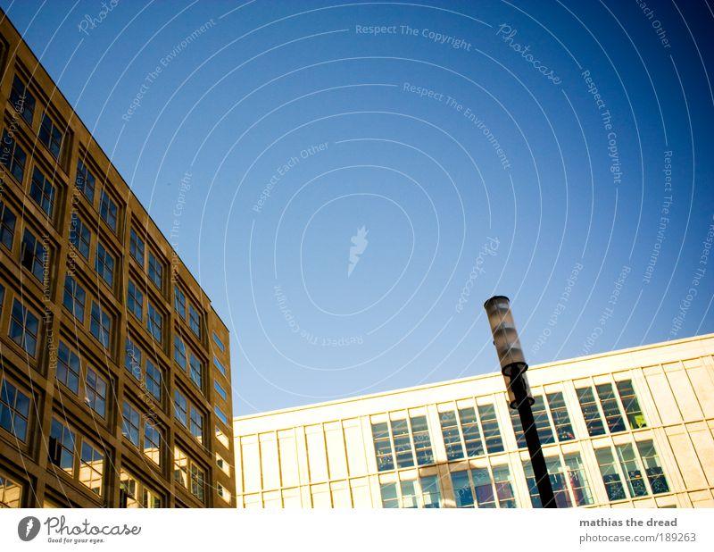 TEXTFREIRAUM OBEN Stadt blau ruhig Berlin Fenster Gebäude Linie Architektur Glas Fassade Laterne Skyline Bauwerk Schönes Wetter Geometrie
