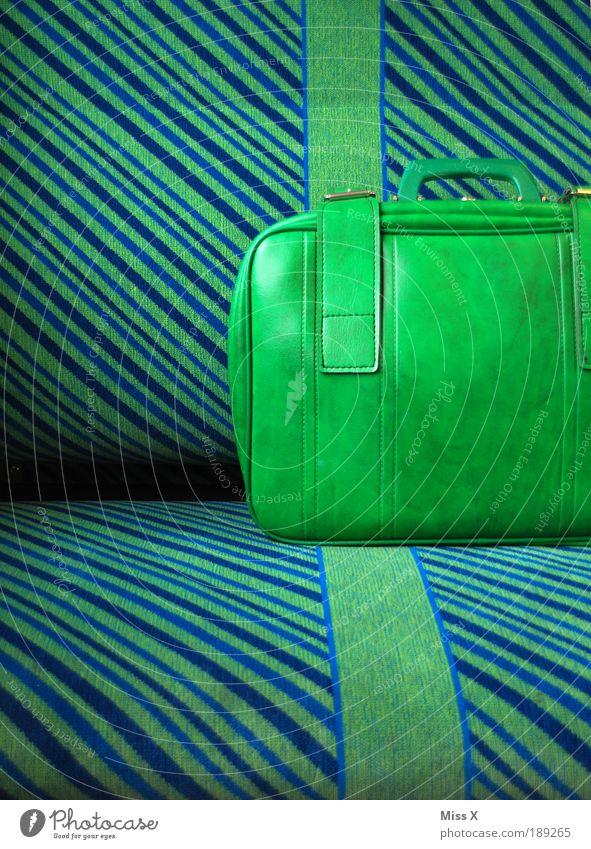der letzte Koffer Verkehr Bahnfahren S-Bahn U-Bahn Zugabteil Kitsch retro blau grün Freiheit Ferien & Urlaub & Reisen wegfahren Farbfoto mehrfarbig