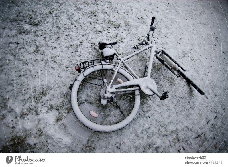 not my bike alt Winter Einsamkeit kalt Schnee grau Fahrrad Eis liegen trist Frost Reifen stagnierend Pedal Endzeitstimmung Fahrradlenker