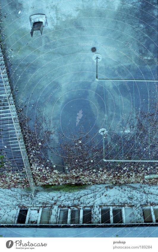 Star Trek - Nürnberg Edition Haus Gebäude chaotisch Dach Fenster Wäscheleine Wasser unlogisch Himmel verrückt Blatt Efeu durcheinander Weltall Hinterhof