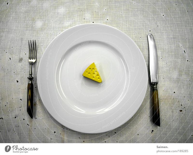 auf diät gesetzt Lebensmittel Käse Geschirr Teller Besteck Messer Gabel dreckig klein lecker Willensstärke bescheiden zurückhalten sparsam Appetit & Hunger