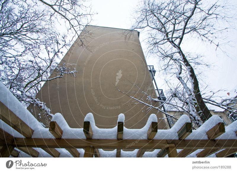 Friedenau unter Schnee Haus Gebäude Schneeflocke Winter kalt Nacht dunkel Fenster Licht Warmherzigkeit erleuchten Wohnung Häusliches Leben Diskretion Mauer